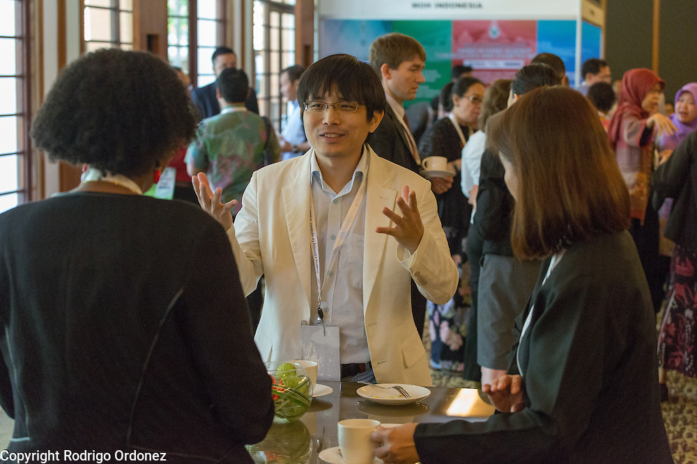 Participants interact and network during a coffee break at the global summit on diabetes and tuberculosis in Bali, Indonesia, on November 2, 2015.<br /> The increasing interaction of TB and diabetes is projected to become a major public health issue.&nbsp;The summit gathered a hundred public health officials, leading researchers, civil society representatives and business and technology leaders, who committed to take action to stop this double threat. (Photo: Rodrigo Ordonez for The Union)
