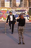 DEU, Germany, West-Berlin, Berlin Wall at Brandenburg Gate, woman photographs a man.....DEU, Deutschland, Westberlin, Berliner Mauer am Brandenburger Tor, Frau macht Fotos von einem Mann...1988