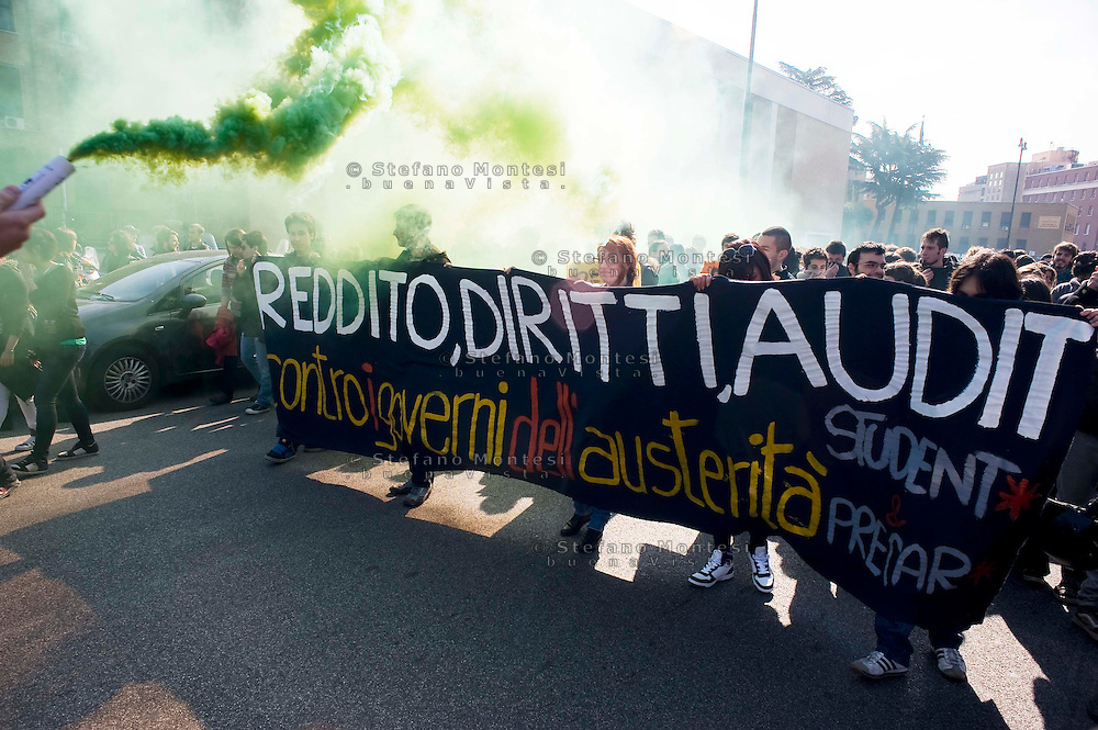 Roma 9 Marzo 2012.Manifestazione nazionale della FIOM, il sindacato dei metalmeccanici, a difesa dell'articolo 18  e contro il governo Monti.Studenti universitari in corteo.Rome 9 March 2012.National demonstration of FIOM, the metalworkers' union, in defense of Article 18 and against  the Monti government.