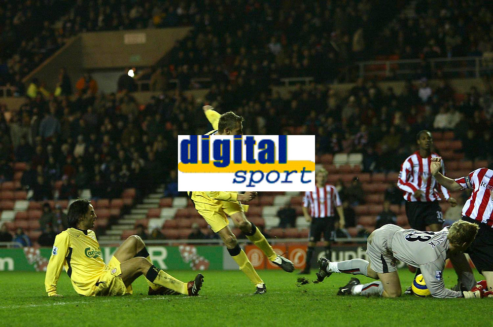 Photo: Andrew Unwin.<br /> Sunderland v Liverpool. The Barclays Premiership.<br /> 30/11/2005.<br /> Liverpool's Peter Crouch (C), tries to score, again.