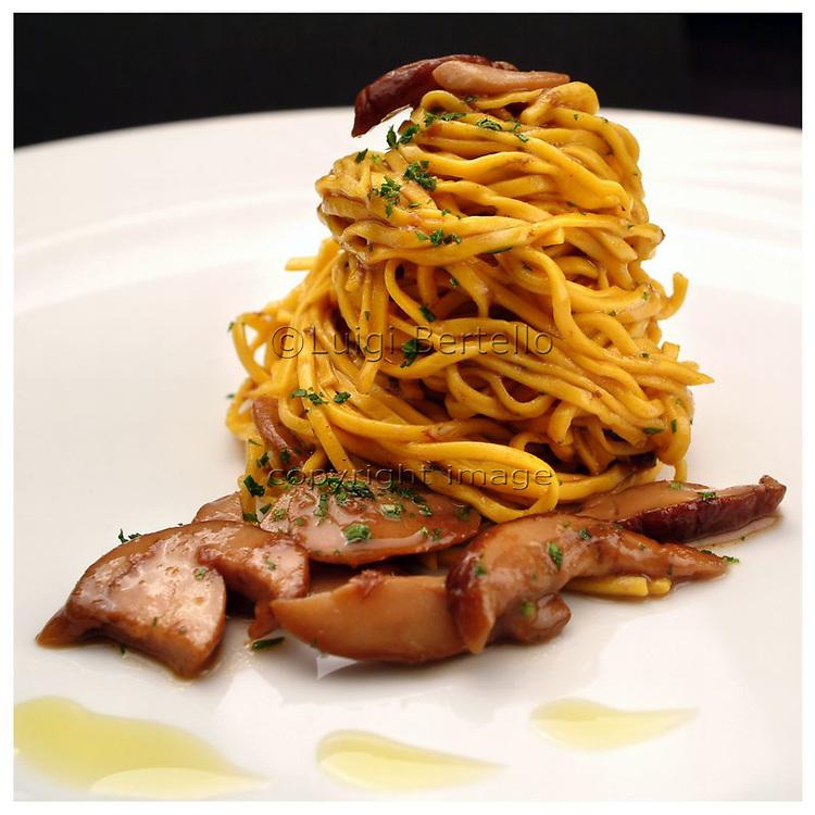 Le Ricette Tradizionali della Cucina Italiana.Italian Cooking Recipes. Tagliolini ai funghi