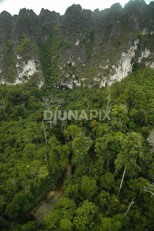 Aerial view of karst cliffs and Marang River near Tengkorak Cave, Marang area, East Kalimantan. The 1000km2 karst aquifer at Sangkulirang is a vital source of fresh water for the rregion.