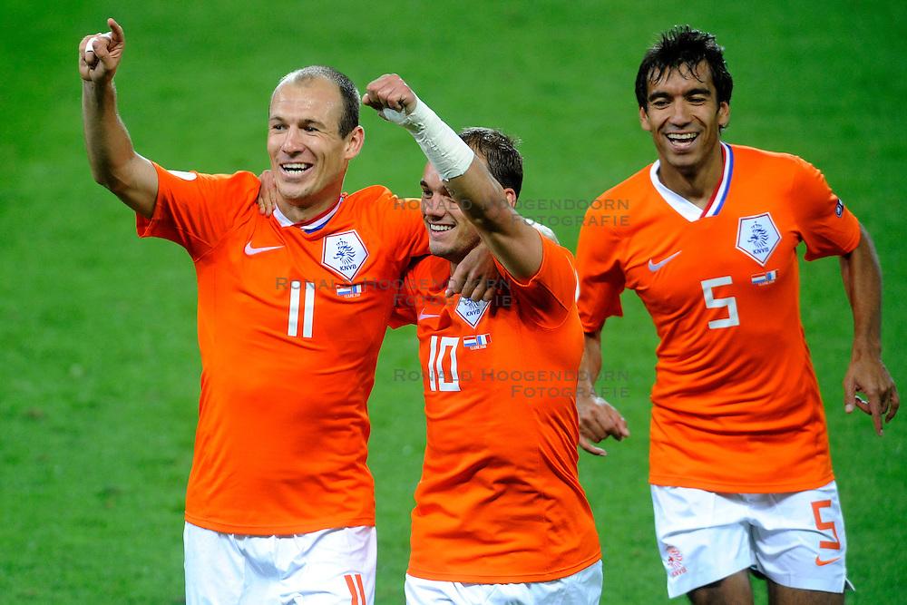 13-06-2008 VOETBAL: EURO 2008 NEDERLAND - FRANKRIJK: BERN <br /> Nederland wint met 4-1 van Frankrijk en plaatst zich als groepswinnaar voor de volgende ronde / Wesley Sneijder scoort de 4-1 en viert dit met Arjen Robben, Giovanni van Bronckhorst <br /> &copy;2008-WWW.FOTOHOOGENDOORN.NL