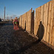 Mongolia. Ulaanbaatar. Yurt city, the capital is expanding. the families  leaving in the countryside are creating huge yurts area , daily life in winter; in slums  Ulan Baatar -     /  yourte ville, l'exode rural a entraine la creation d'immenses quartiers de yourtes habites par les familles qui ont quitte la campagne. vie quotidienne en hiver dans ce qui ressemble a des bidonvilles  Oulan Bator - Mongolie   /  L0055849