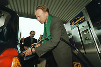 04 APR 2001, BERLIN/GERMANY:<br /> Juergen Trittin, B90/Gruene, Bundesumweltminister, befuellt ein Ergasfahrzeug mit dem Kraftstoff Erdgas, anlaesslich der Inbetriebnahme der Ersten Ersgas Zapfsaeule Berlins, Elf Tankstelle, Holzmarkt Str. 36<br /> IMAGE: 20010404-01/02-07<br /> KEYWORDS: Jürgen Trittin, Auto, Car, tanken
