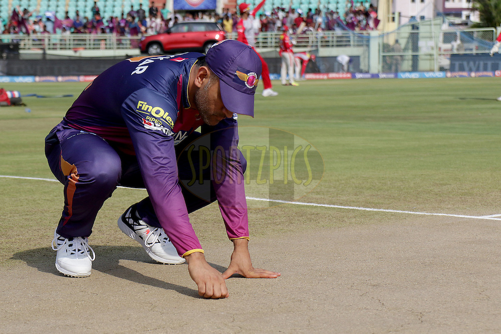 Rising Pune Supergiants captain MS Dhoni checks the field during match 53 of the Vivo IPL 2016 (Indian Premier League) between Rising Pune Supergiants and the Kings XI Punjab held at the ACA-VDCA Stadium, Visakhapatnam on the 21st May 2016<br /> <br /> Photo by Rahul Gulati / IPL/ SPORTZPICS