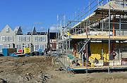 Nederland, Nijmegen, 27-2-2014Bouwplaats voor huizen in de nieuwe wijk Laauwik, onderdeel van de stadsuitbreiding Waalsprong van Nijmegen in Lent.Er worden hier veel verschillende woningtypen gebouwd, zowel voor sociale huur,koop en vrije sector. Metselaar,metselaars bezig met metselen van stenen. Opleiding, scholing,vakman, ambacht,vak,Foto: Flip Franssen/Hollandse Hoogte
