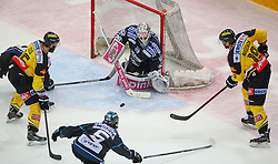 29.03.2015, Albert Schultz Eishalle, Wien, AUT, EBEL, UPC Vienna Capitals vs EHC Liwest Linz, Playoff, im Bild Curtis Murphy (EHC Liwest Linz), Danny Bois (UPC Vienna Capitals), Franklin MacDonald (EHC Liwest Linz), Michael Ouzas (EHC Liwest Linz) und Kenny Magowan (UPC Vienna Capitals) // during the Erste Bank Icehockey League playoff match between UPC Vienna Capitals and EHC Liwest Linz at the Albert Schultz Ice Arena, Vienna, Austria on 2015/03/29. EXPA Pictures © 2015, PhotoCredit: EXPA/ Thomas Haumer