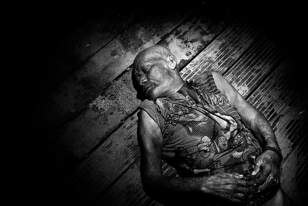 BRAZIL, SANTAREM. NOVEMBER 2008. A dead man lies on the floor. His body was found in the River. <br /> The arrival of soya agribusiness in Santarem has had drastic impacts on the local community.<br /> Violence rises in the slums in the outsides of Santarem.