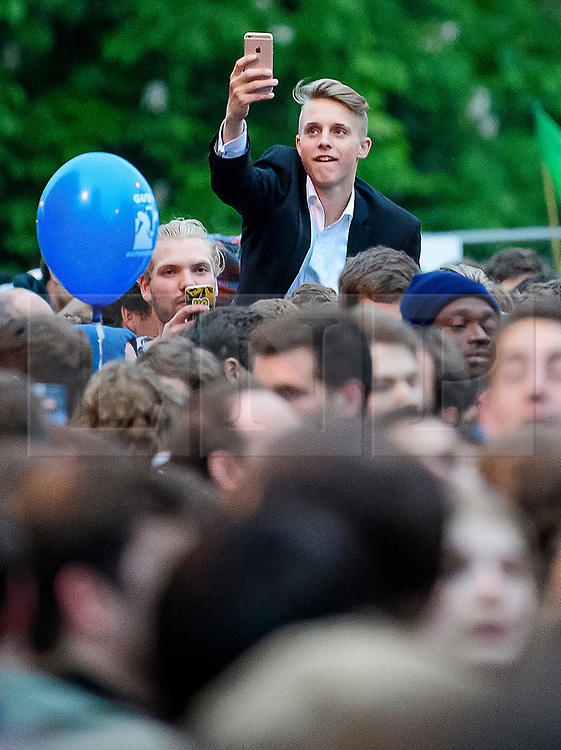 © Licensed to London News Pictures. 01/05/2017. Oxford, UK. Thousands of Oxford University students and members of the public fill Magdalen Bridge in Oxford to celebrate May Day in the early hours of the morning. Students were again prevented from jumping from the bridge in tot he water, which has historically been a tradition, due to injuries at a previous years event . Photo credit: Ben Cawthra/LNP