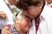 Al finalizar un evento de campaña, la madre de una víctima de feminicidio se acercó a Delfina Gómez para exponerle su caso.
