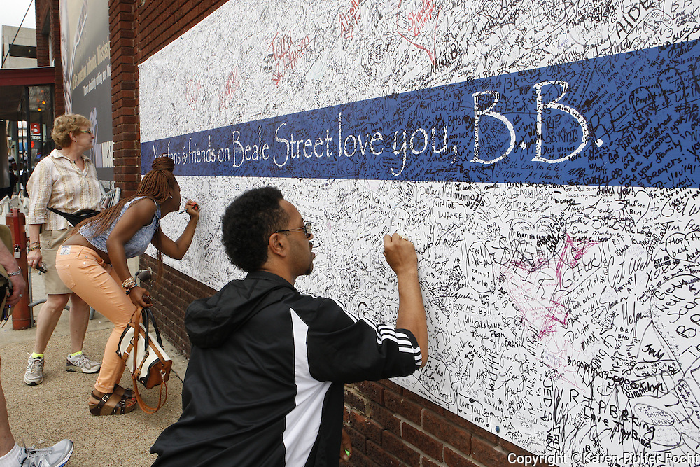 Fans paid their respects to B.B. King outside of his Memphis Blues Club by laying flowers on the musical note dedicated to him on Beale Street in Memphis, Tennessee on Saturday. They are also signing a giant banner nearby. B.B. was a nick name given to him on Beale Street.  His nick name was Beale Street Blues Boy. The Mississippi-born legend died in his sleep at 11:40 p.m on Thursday night. King made a name for himself as a young man, as a blues artist on Beale Street in Memphis, where he later opened a name sake club.