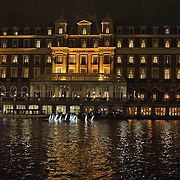 In de periode van 6-12-2013 tot en met 19-01-2014 toont het Amsterdam Light Festival een collectie werken van nationale en internationale kunstenaars, die zich bezig hebben gehouden met het thema Building with Light. Op de foto in het water voor het Amstelhotel, het werk Ode aan Lois Kapr.