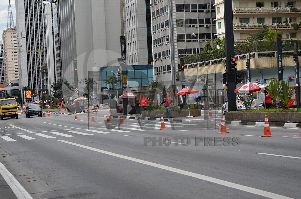 SAO PAULO, SP, 30 DE MAIO DE 2013 - CICLO FAIXA FERIADO - A ciclo faixa de lazer funciona hoje, das 7h as 16h, na Avenida Paulista, nesta quinta feira, 30, feriado de Corpus Christi.  (FOTO: ALEXANDRE MOREIRA / BRAZIL PHOTO PRESS)