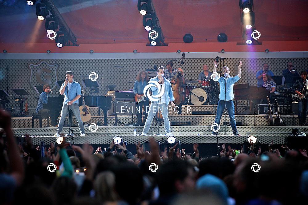 EINDHOVEN - De rock-n-roll coverband The Baseballs waren de suprise act bij Guus Meeuwis in Eindhoven. De Band bestaat uit de zangers -Sam- Sven Budja, -Digger- Rudiger Brans en -Basti- Sebastian Raetzel. FOTO LEVIN DEN BOER - PERSFOTO.NU
