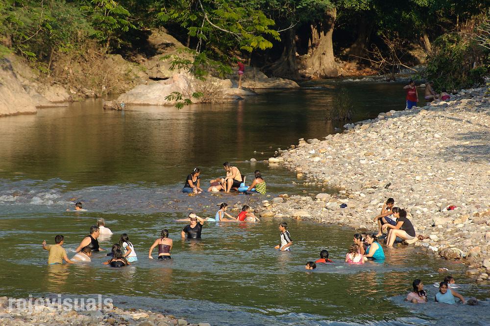 Gente bañándose en el arroyo El Venado, afluente del río San Pedro Mezquital en Nayarit.