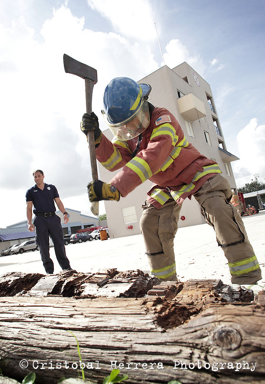 (CH)fl-bomberos-escuela-CHe--Firefights and students during their training session at City of Hialeah Firefighters Department, station number 7 on August 16, 2012.  Staff photo/Cristobal Herrera Hialeah News