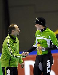 24-12-2006 SCHAATSEN: AEGON NK ALLROUND 2007: HEERENVEEN <br /> Sven Kramer, Nederlands Kampioen 2006 - 2007 en coach Gerard Kempers<br /> ©2006-WWW.FOTOHOOGENDOORN.NL