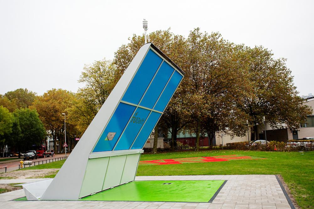 In Delft staat op het terrein van de Technische Universiteit een oplaadstation op zonnepanelen-energie voor elektrische fietsen. In totaal kunnen vijf elektrische fietsen, waarvan een draadloos, en een elektrische scooter worden opgeladen. De acht zonnepanelen moeten in de winter genoeg energie opleveren om de fietsen op te laden, de overgebleven energie wordt geleverd aan het energienet. Het laadstation is een project waar diverse afstudeerders aan werken.<br /> <br /> At the campus of the Technical University Delft a charging station on solar energy for electric bikes is hosted. A total of five electric bicycles, of which one can be charged wireless, and an electric scooter can be charged at the same time. The eight solar panels must be in the winter produce enough energy to charge the e-bikes, the remaining energy is delivered to the power grid. The charging station is a project where several graduates work on.