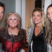 NLD/Amsterdam/20120923- Premiere musical De Jantjes, Willeke Alberti, zoon Kay en zwangere partner Hannah Lap