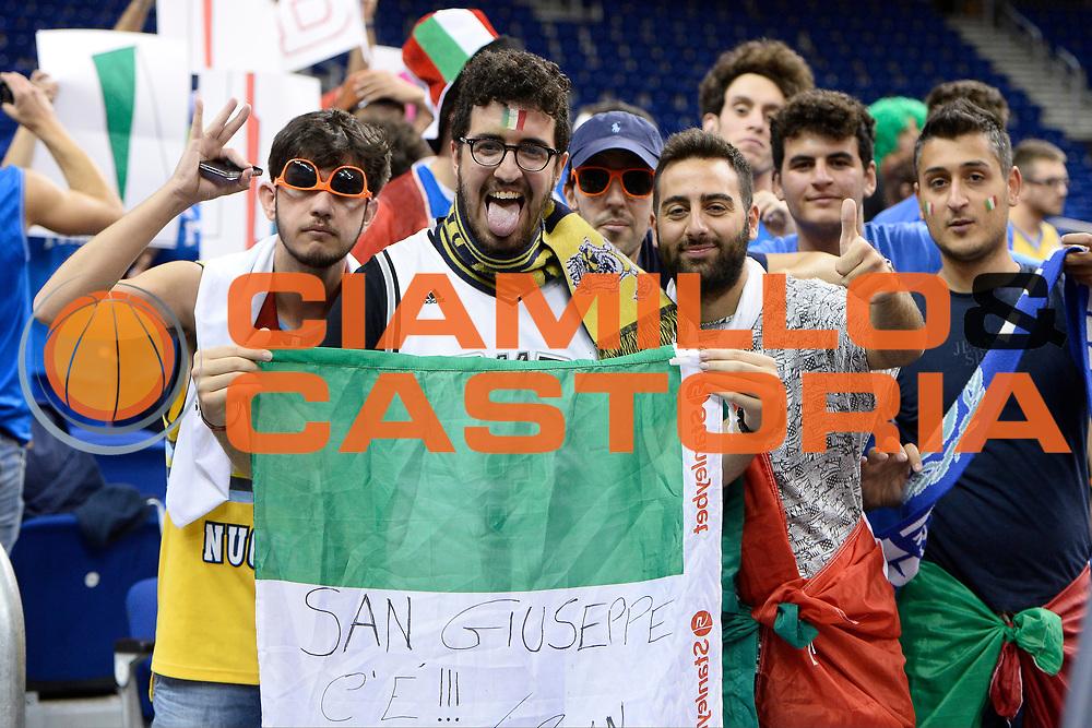 DESCRIZIONE : Berlino Berlin Eurobasket 2015 Group B Spain Italy<br /> GIOCATORE : tifosi<br /> CATEGORIA : tifosi pubblico esultanza<br /> SQUADRA : Italy<br /> EVENTO : Eurobasket 2015 Group B<br /> GARA : Spain Italy<br /> DATA : 08/09/2015<br /> SPORT : Pallacanestro<br /> AUTORE : Agenzia Ciamillo&shy;Castoria/I.Mancini<br /> Galleria : EuroBasket 2015<br /> Fotonotizia : Berlino Berlin Eurobasket 2015 Group B Spain Italy