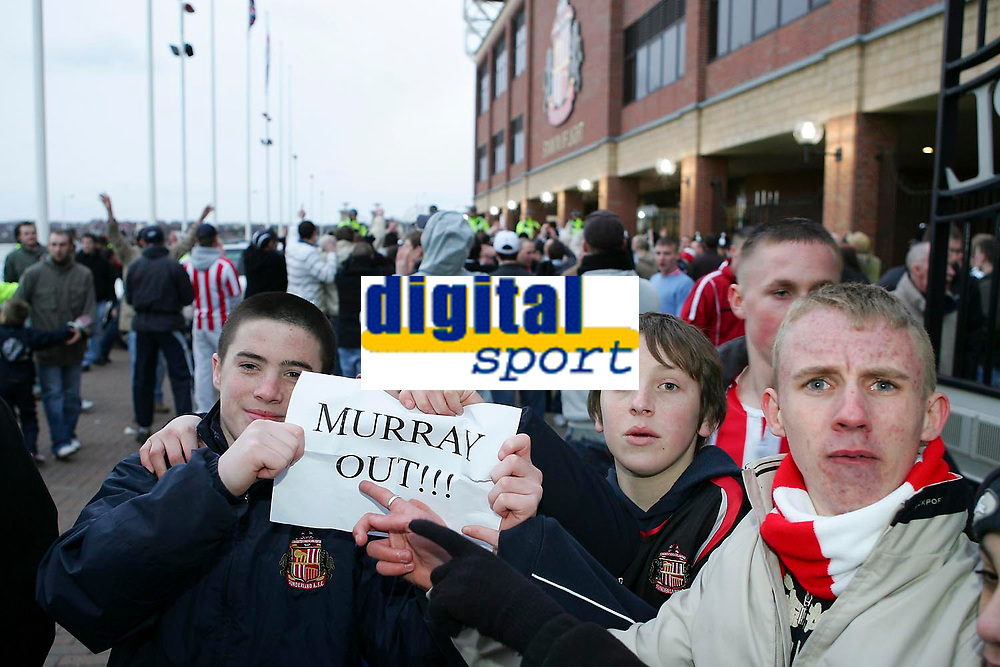Photo: Andrew Unwin.<br />Sunderland v Wigan Athletic. The Barclays Premiership. 11/03/2006.<br />Sunderland fans call for the sacking of the chairman, Bob Murrary, after the game.