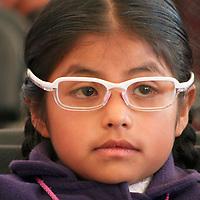 """Temoaya, Mexico.- Ninos indigenas Otomies reciben lentes como parte del programa """"acciones por la educacion"""" del gobierno del Estado de Mexico. Agencia MVT / Jose Hernandez."""