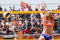 ROTTERDAM - Knock-out fase beste 32 ploegen Van der Vlist / Van Gestel (NED) tegen Semmler / Holtwick (Duitsland) , Beachvolleybal , WK Beach Volleybal 2015 , Stadion bij de SS Rotterdam , 01-07-2015 , Sophie van Gestel uit Nederland (r) met de blok voor Ilka Semmler uit Duitsland (l)