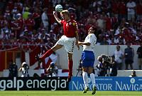 Fotball<br /> Euro 2004<br /> Portugal<br /> 14. juni 2004<br /> Foto: Dppi/Digitalsport<br /> NORWAY ONLY<br /> Italia v Danmark<br /> MARTIN LAURSEN (DEN) / CHRISTIAN VIERI (ITA)