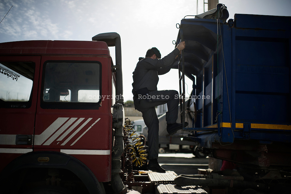 ITALY, Lampedusa : Italian police search a truck in the port of Lampedusa on February 17, 2011. Italian police has intensified controls in the port of the italian island as some immigrants tryed to escape by hiding under or inside trucks. AFP PHOTO / ROBERTO SALOMONE