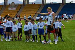 Hong Kong, China - Wednesday, July 25, 2007: Liverpool's Sami Hyypia during a coaching session with local children at the Siu Sai Wan Sports Ground in Hong Kong. (Photo by David Rawcliffe/Propaganda)