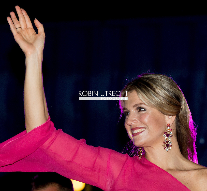 1-5-2015 ARUBA - King Willem-Alexander and Queen Maxima visit the musical Soldier of Oranje King Willem-Alexander and Queen Maxima of The Netherlands visits Sail Aruba on 1-5-2015 COPYRIGHT Robin Utrecht<br /> Voorstelling Soldaat van Oranje &ndash; De Musical