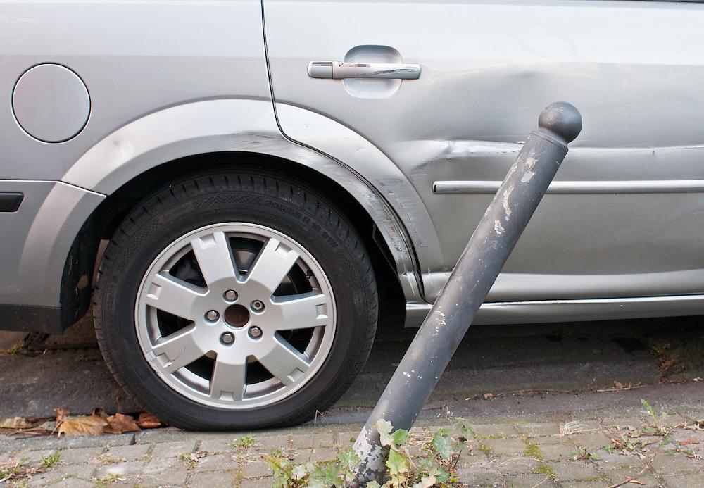 Deutschland, Zerbeulter  PKW am Strassenrand   |  damaged car    |