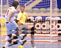 Fussball  International  FIFA  FUTSAL WM 2008   01.10.2008 Vorrunde Gruppe D Spain - Iran Spanien- Iran Vahid SHAMSAEE (IRN) erzielt das 2:0 fuer den Iran gegen Luis AMADO (ESP).