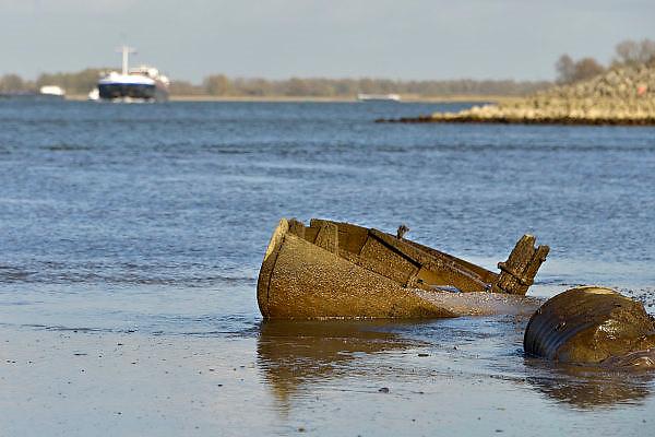 Nederland, Nijmegen, 13-11-2015 De waterstand in de rivier de Waal is laag. Er is een extreem lange droogteperiode, periode van droogte in het stroomgebied van de Rijn. Binnenvaartschepen nemen minder lading, vracht in en moeten goed in de vaargeul blijven. Hierdoor is het drukker op de rivier. Een gezonken houten zeilboot komt tevoorschijn. Foto: Flip Franssen/HH
