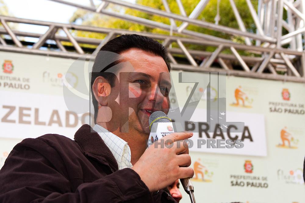 SAO PAULO ,LAPA, PRAÇA Dr. Octávio Perez Velasco ,06 DE AGOSTO DE 2011 - FORMATURA DA 9ª TURMA DOS ZELADORES DE PRAÇA -Prefeito de São Paulo Gilberto Kassab durante cerimonia de entrega dos certificados de zelador de praça.(FOTO :LEANDRO MANTOVANI /NEWS FREE)