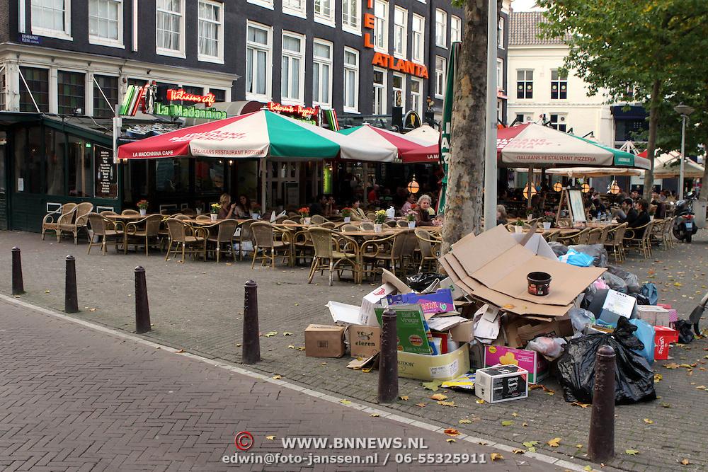 NLD/Amsterdam/20081013 - Huisvuil opgestapeld langs de weg bij restaurants aan het Rembrandplein in Amsterdam