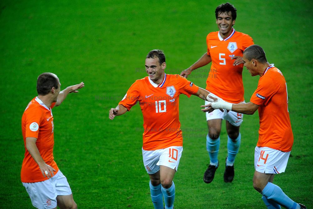 13-06-2008 VOETBAL: EURO 2008 NEDERLAND - FRANKRIJK: BERN <br /> Nederland wint met 4-1 van Frankrijk en plaatst zich als groepswinnaar voor de volgende ronde / Wesley Sneijder scoort de 4-1 en viert dit met Arjen Robben, Giovanni van Bronckhorst en Wilfred Bouma<br /> &copy;2008-WWW.FOTOHOOGENDOORN.NL