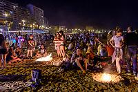 El Postiguet, Coco beach<br /> Le mot «feria», qui désignait à l'origine une manifestation économique bien souvent agricole, signifie encore «foire». <br /> Dans le domaine des loisirs, une «feria» est toujours rattachée à un cycle despectacles taurins, ainsi que les festivités qui accompagnent lescourses de taureaux. <br /> L'origine de la férie est toujours liée à unefête votive,comme laFeria de San Isidro, patron de la cité de Madrid. <br /> La feria rend hommage à un laboureur qui faisait la charité avec sa femme Maria Torribia, bien qu'ils fussent eux-mêmes dans le plus grand dénuement.<br /> Vers le milieu du XIXe siècle, de nombreuses femmes d'agriculteurs gitans ont commencé à fréquenter ces foires vêtues de leurs longues robes faites à la main à partir de vieux vêtements. Elles étaient souvent ornées de volants afin de rendre les tissus simples plus beaux et plus esthétiques.<br /> EnAndalousie, les plus anciennes ferias correspondent à l'ancienneté des arènes notamment la ville deJerez de la Fronteradont lesarènescomptent parmi les plus anciennes d'Espagne. <br /> Malagaoffre au mois d'août laFeria de Málaga, comme pratiquement toutes les villes des régions autonomes espagnoles possédant des arènes de première, deuxième ou troisième catégorie. <br /> En 2003, en Espagne, on comptait 598 spectacles taurins majeurs (corridas formelles) et mineurs (novilladas,becerradas), et 1146 spectacles taurins populaires comprenant les lâchers de taureaux, lestoro de fuego. <br /> En 2004, on comptait 810 corridas formelles, 555 novilladas piquées, 380 rejoneos, et 187 spectacles mixtes ou festivals piqués.<br /> Contrairement à ce que l'on pourrait penser, les ferias ne sont pas l'apanage de l'Europe. On trouve des ferias en Amérique latine (Mexique, Pérou, Colombie et Venezuela). Au Mexique, la plus grande feria est la feria nationale de San Marcos, la plus ancienne du pays. Sa première édition a eu lieu en 1604.