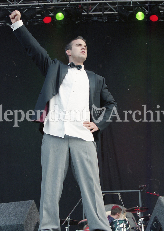 Robbie Williams on stage at Slane, 28/08/1998 (Part of the Independent Newspapers Ireland/NLI Collection).