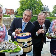 NLD/Amsterdam/20110607 - Wegener / Hilton Haringparty 2011, aankomst 1e vaatje nieuwe haring, Roberto Payer (general manager Hilton Amsterdam) en Truls Velgaard (voorzitter Raad van Bestuur en CEO Koninklijke Wegener NV)
