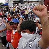 Oaxaca, Oax.- Maestros de la seccion 22 y estudiantes Universitarios bloquean la circulacion vial de diversas avenidas durante varias horas al cumplirse un mes de paro magisterial y al difundirse un rumor de desalojo se prepararon para repeler la entrada de policias. Agencia MVT / Eder Lopez. (DIGITAL)<br /> <br /> NO ARCHIVAR - NO ARCHIVE