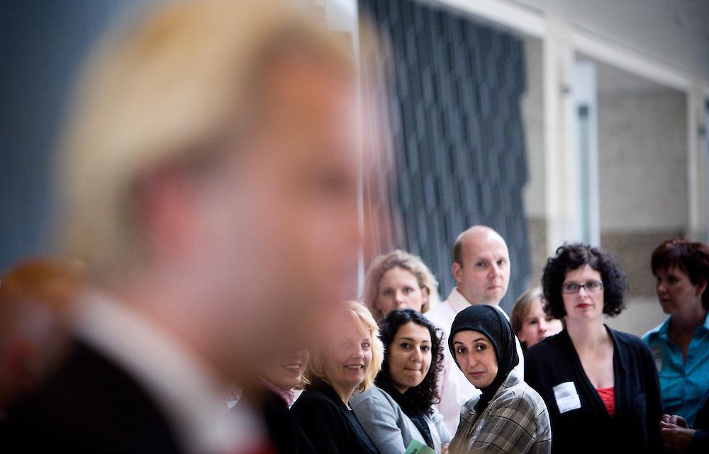 Nederland. Den Haag, 26 juni 2007.<br /> Tweede Kamer. Voorafgaand aan het wekelijkse vragenuurtje staat Geert Wilders, fractievoorzitter van de PVV, de pers te woord. Het geheel wordt gadegeslagen door een groep mensen die een rondleiding krijgt.<br /> Foto Martijn Beekman <br /> NIET VOOR TROUW, AD, TELEGRAAF, NRC EN HET PAROOL