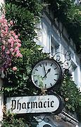 Deutschland, Germany,Baden-Wuerttemberg.Schwarzwald.Wolfach, Apothekenschild mit öffentlicher Uhr.Wolfach, pharmacy sign with clock...