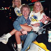 CD uitreiking Ruud Baja Beach Club, Ruud Bernard met 2 meisjes van de Baja