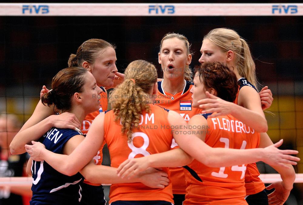08-11-2006 VOLLEYBAL: WK DAMES: NEDERLAND - DUITSLAND: OSAKA JAPAN<br /> De Oranjedames hebben op het WK in de tweede ronde een knappe zege behaald op Duitsland. In het Japanse Osaka werd het 3-2 (23-25, 25-21, 25-23, 23-25, 16-14) voor Nederland / Janneke van Tienen, Chaine Staelens, Ingrid Visser, Manon Flier<br /> &copy;2006-WWW.FOTOHOOGENDOORN.NL
