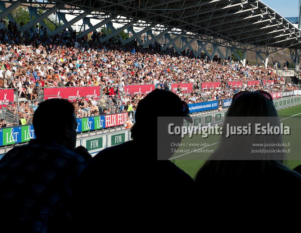 Yleisöä.  HJK - Inter. Veikkausliiga. Helsinki 8.7.2011. Photo: Jussi Eskola