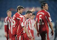Fussball 1. Bundesliga  Saison   2010/2011   08.01.2011 FC Bayern Muenchen -  Al Wakrah Sport Club JUBEL , Thomas Mueller (li) mit Franck Ribery (Mitte) und Daniel van Buyten (v.li.)