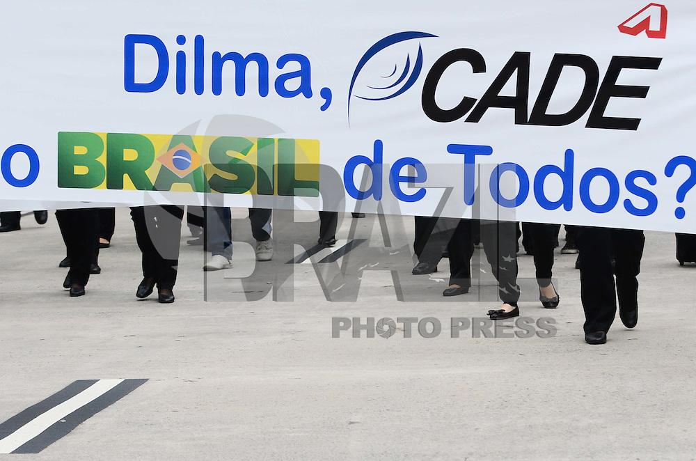ATENÇÃO EDITOR: FOTO EMBARGADA PARA VEÍCULOS INTERNACIONAIS. - SAO PAULO, SP, 26 de Novembro 2012 - PROTESTO WEBJET - Funcionarios da WebJet protestao no aeroporto de congonhas na tarde de hoje contra o fechamento da empresa. (FOTO: ADRIANO LIMA / BRAZIL PHOTO PRESS).