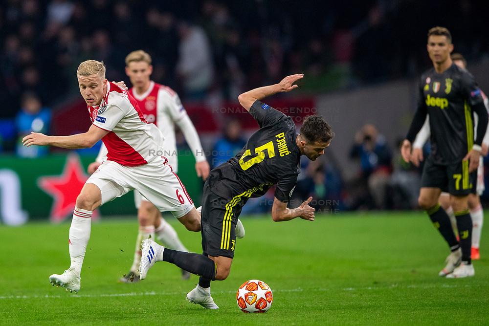 10-04-2019 NED: Champions League AFC Ajax - Juventus,  Amsterdam<br /> Round of 8, 1st leg / Ajax plays the first match 1-1 against Juventus during the UEFA Champions League first leg quarter-final football match / Donny van de Beek #6 of Ajax, Miralem Pjanic #5 of Juventus